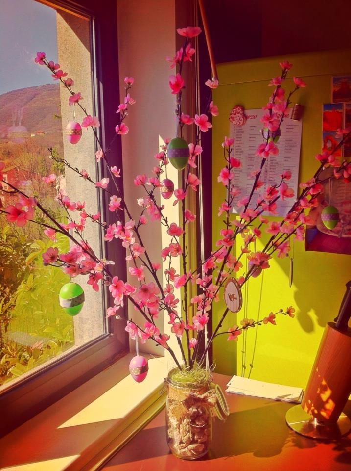 Idee per decorare la casa con l 39 albero di pasqua mangiamondo for Idee per decorare casa