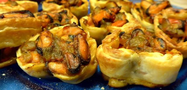 Cuori di pasta sfoglia ripieni di cozze e peperoni