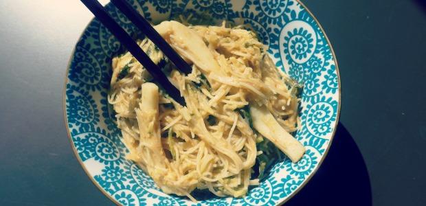 Noodle di riso thai con finto pak choi in salsa di cocco