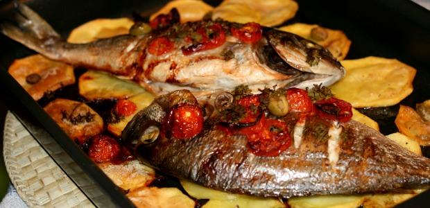 Ricetta Orata Al Forno Patate E Pomodorini.Orata Al Forno Con Chips Di Patate Mangiamondo Com