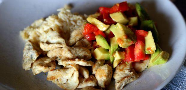 Bocconcini di pollo marinato al lime e coriandolo con salsa all'avocado e riso jasmine al latte di cocco