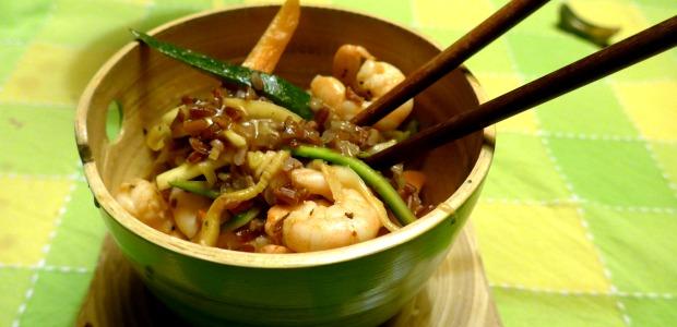 Riso rosso thai con verdurine e gamberi saltati