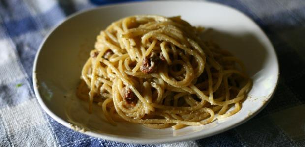 Spaghetti al pesto di melanzane e pomodorini secchi