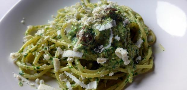 Spaghetti di kamut al pesto di rucola con olive taggiasche e ricotta salata