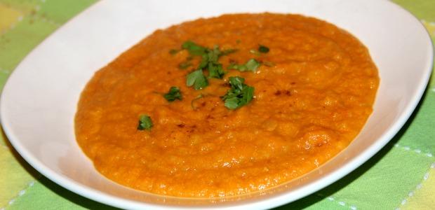 Zuppa cremosa di carote e legumi al sapore mediorientale